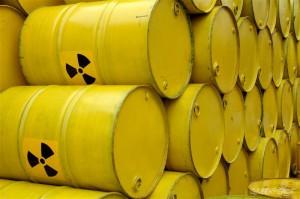 A fully loaded truck with yellow nuclear waste barrels Een vrachtwagen vol met gele kernafvalvaten